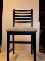 дървени столове с дамаска разнообразни