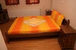 спалня от масив и нощни шкафчета по поръчка